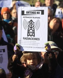 Cuatrovientos protestas de los vecinos por la futura colacación de una antena de telefonía /